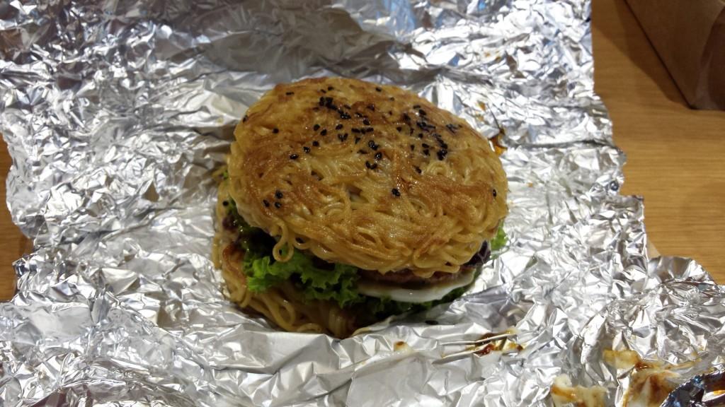 20130828 152306 1024x576 ハンバーグが中に入った期間限定ラーメンバーガーをマニラで食べてきた
