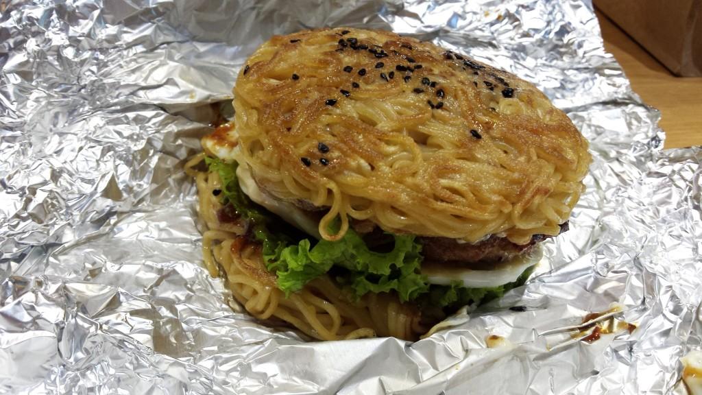 20130828 152312 1024x576 ハンバーグが中に入った期間限定ラーメンバーガーをマニラで食べてきた