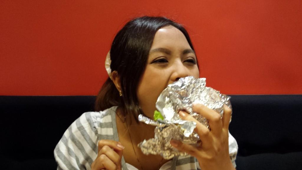 20130828 152329 1024x576 ハンバーグが中に入った期間限定ラーメンバーガーをマニラで食べてきた