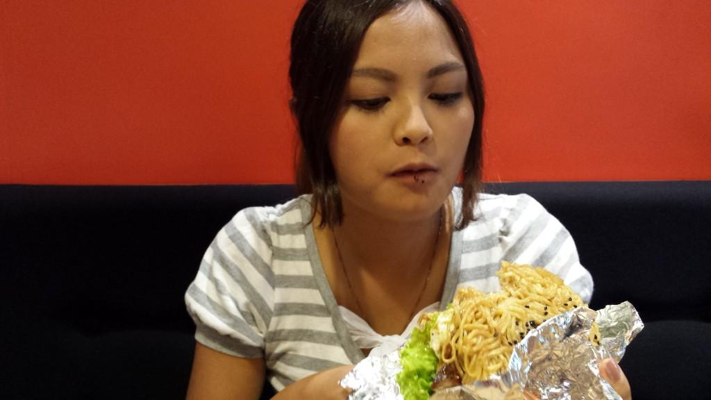 20130828 152335 1024x576 ハンバーグが中に入った期間限定ラーメンバーガーをマニラで食べてきた
