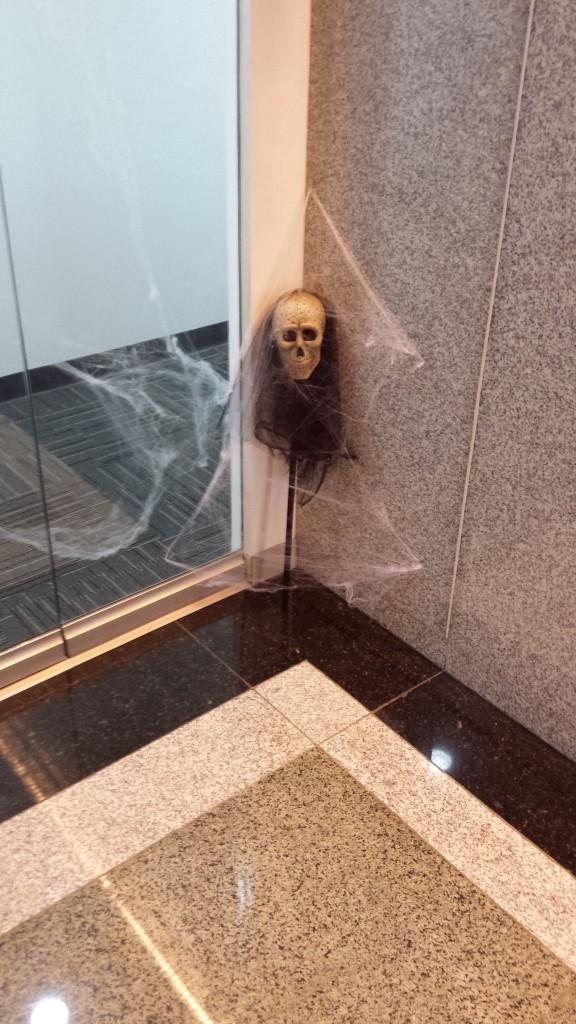 20131109 125627 576x1024 マニラにある企業のハロウィンの飾り付けを見てきた
