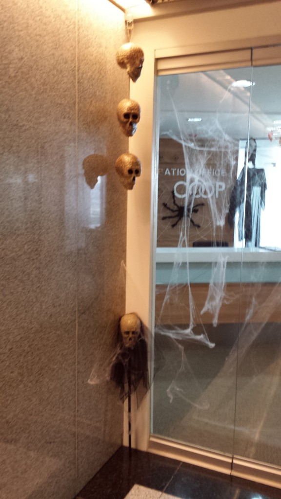 20131109 125704 576x1024 マニラにある企業のハロウィンの飾り付けを見てきた