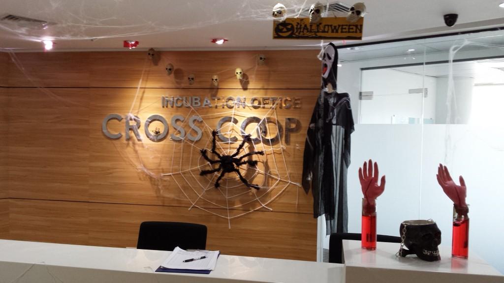 20131109 125813 1024x576 マニラにある企業のハロウィンの飾り付けを見てきた