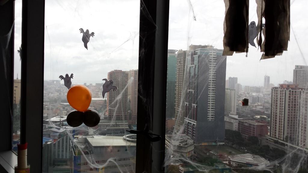 20131109 131525 1024x576 マニラにある企業のハロウィンの飾り付けを見てきた