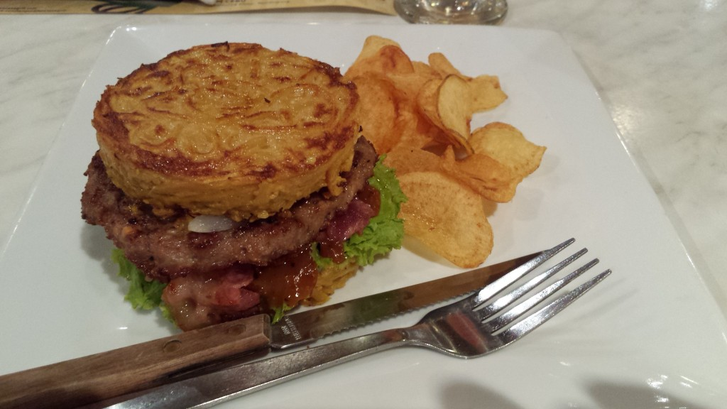 20131111 204500 1024x576 Tempura というマニラにある日本食レストランのラーメンバーガーを食べてきた