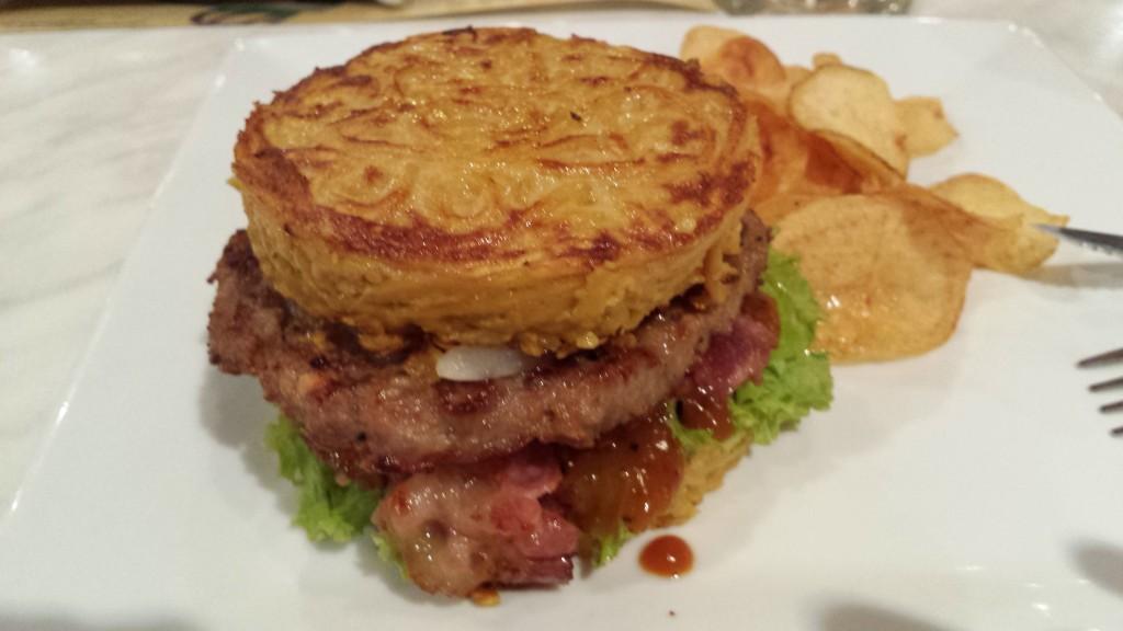 20131111 204529 1024x576 Tempura というマニラにある日本食レストランのラーメンバーガーを食べてきた