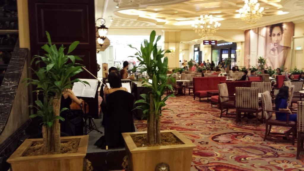 20140111 210008 1024x576 高級ホテルにあるカフェ Cafe Maxims でなぜかラーメンバーガーが提供されていた